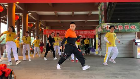 20人团队跳鬼步舞,前面领舞的小伙太厉害了,步子竟然这么飘逸