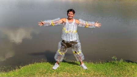 脑洞试验:外国小哥用塑料瓶自制泳衣,结果刚下水就喊救命!