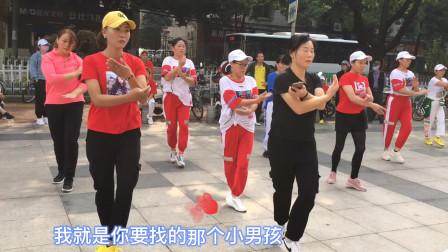 街边公园鬼步舞,美女们跳的真带劲,引来路人观赏,为她们点赞