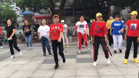 团队跳鬼步舞,60岁大姐前面领舞跳得这么好,舞步飘逸潇洒
