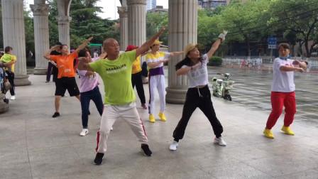 幽默风趣的大叔带美女们跳鬼步舞《中国红》,这一点一转,真好看