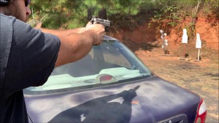 配备枪灯的半自动手枪,灰色的外观很漂亮,靶场实弹射击测试