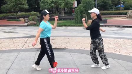 俩个58岁大妈来公园跳鬼步舞,她们的风格如众不同,非常默契