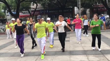 广场鬼步舞帅哥美女都在跳,强身又健体,开心又快乐