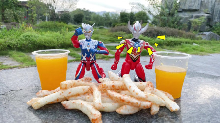 玩具故事,赛罗和欧布奥特曼一边吃薯条一边喝果汁聊天