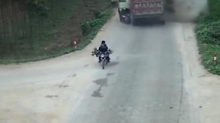 大货车发生危险追尾,两头牛掉头就跑