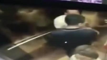 女孩和醉酒男同乘电梯,罪恶一幕发生了