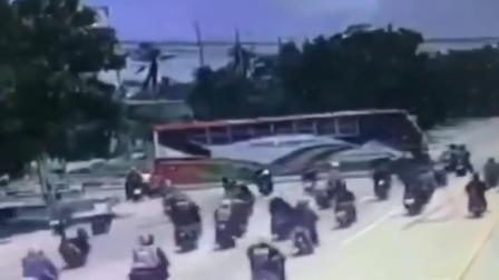 三辆摩托车高速撞上拖车钢绳!监控记录惨烈一幕