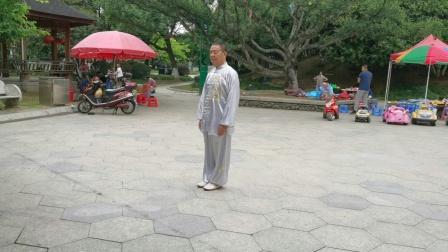 杨乃景于2020年10月6日在龙港公园晨练42式太极拳。