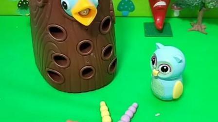 鸟宝宝为了吃好吃的,把虫子藏起来!