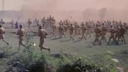红军战士们划着小舟、游着泳,从四面八方包围着蒋军,这下他们插翅也难飞了