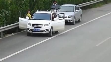 两对年轻情侣出门旅游,突然停在路边,副驾驶美女互换车辆?