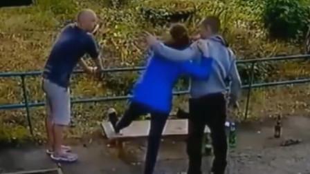 公园角落, ,女子想要反抗却已经来不及,监控拍下绝望全过程!