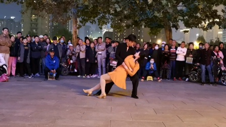 兰兰组合在海河聚舞表演慢四舞。2020.10.8