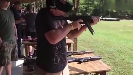 摆在桌子上的这些步枪我都想要,小伙抄起一把冲锋枪就试射