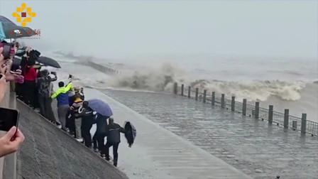 钱塘江大潮撞坝瞬间激起15米巨浪 多人围观被拍倒