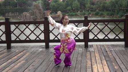 贵阳市健身气功协会主席,国家级社体指导员,国家级裁判员钟明英老师教学健身气功大舞。