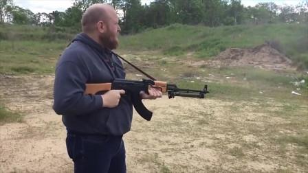 AES-10B步枪配备大容量弹鼓射击,整个枪身都冒烟了