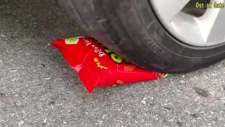 减压实验:汽车碾压玩具等松脆柔软的东西 牛人真是任性会玩