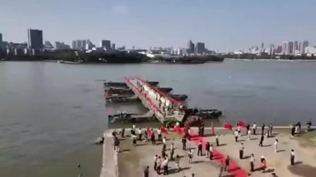 """实拍解放军舟桥部队在湖面上架起钢桥迎接新娘,硬核浪漫,新郎和新娘在湖中""""鹊桥相会"""""""