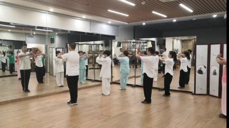 中国武术段位制指导员杨帅老师带领深圳市武术协会学员练习陈式太极拳六段单练套路口令示范