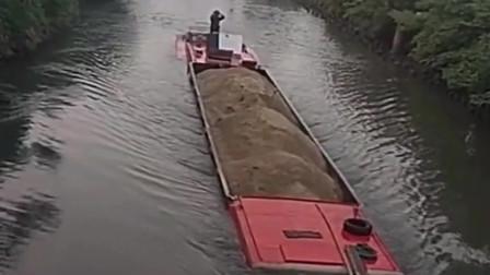 这算不算超重,船长的心也太大了,我在一旁看着都很打担心会翻船!