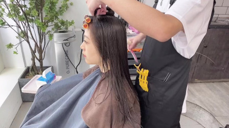 发量少还容易贴头皮的女生,发型师说这款烫发发型很适合你,让发量倍增还显脸小