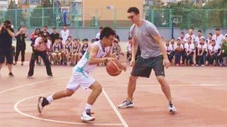 中国男篮翟晓川自信单挑中学生,下一秒太尴尬,这可是国字号选手啊