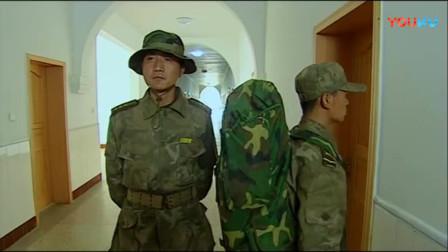 《士兵突击》这段穿帮戏太逗了,许三多原地踏步,背后挨了一脚!