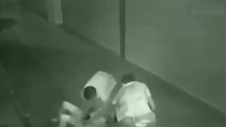 女子回家的路上,遭遇两名男子抢劫,悲剧了