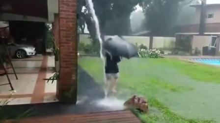 雷雨天父母让孩子屋檐下玩水,瞬间悲剧了