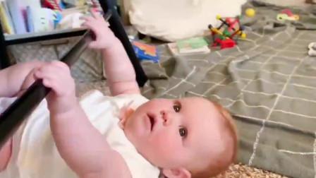 宝宝待在房间里2小时,不哭也不闹,妈妈好奇开门一看