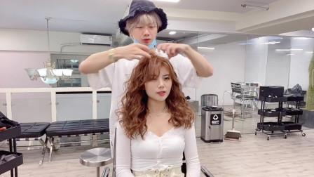女生直发与卷发的颜值对比,小姐姐第一次尝试复古港风卷发,时髦摩登有女人味