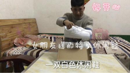 女朋友给自己网购一双鞋子,拆开一看还是大牌子,小伙开心坏了!