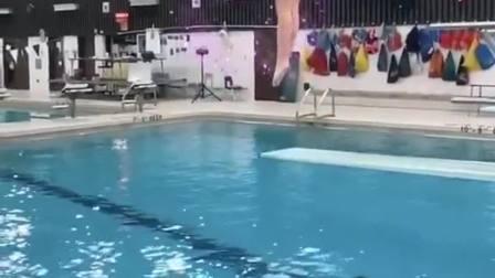 看这小姐姐入水的姿势肯定练过!
