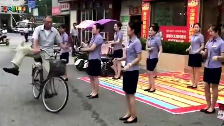 搞笑神评:美女员工集体晨练,路过的大爷几乎失控!