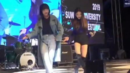 韩国伴舞太牛了!上台抢明星风头,网友:你俩谁是C位?