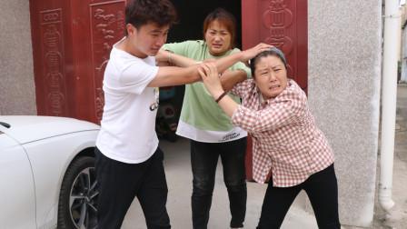 上门女婿和丈母娘打架,路人看到上去劝架,没想到把自己劝进去了