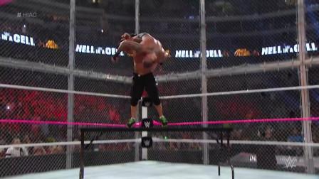 WWE两大台柱酣战地狱牢笼,塞纳上绳霸王举鼎爆桌兰迪!