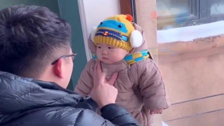 爸爸训1岁的儿子,没想到小家伙发脾气了,太可爱了