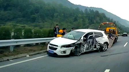 交通事故合集:电动车不看路况随意转弯,客车师傅刹车已尽力了