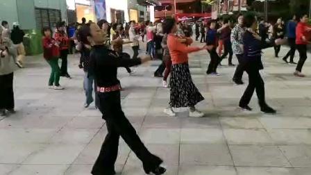 (24)广场舞《爱不在就放手》万达广场。徐淡吟老師🌹💐🌴💄