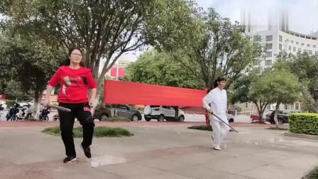 姑嫂两人公园晨练传统武术太极剑!