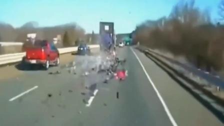 高速上大货车不幸发生意外,这场面太惨烈