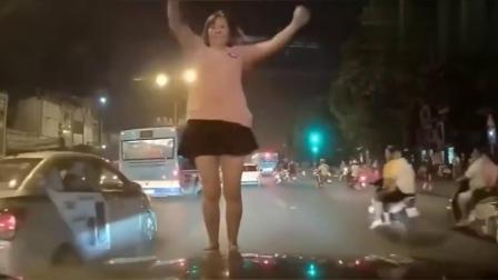 女孩穿着短裙直接跳到车上,简直太嚣张