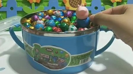 乔治给小朋友们吃巧克力,不给怪兽吃,怪兽就把乔治关起来了