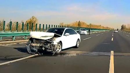 交通事故合集:三轮车不看路况盲目转弯,直行小车刹车避让已来不及