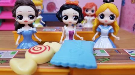 白雪公主故事 白雪把赢来的糖果分给没有糖果吃的贝儿,真棒!