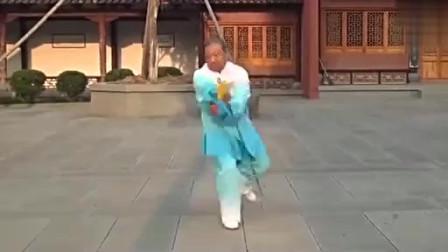 老大爷现场演练传统武术陈式三十六式太极剑!