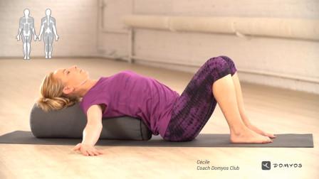 迪卡侬:瑜珈枕教学(一)开胸舒展
